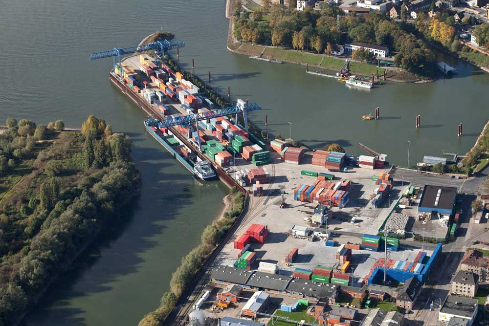 In Emmerich werden Container umgeschlagen