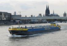 Tanker auf dem Rhein bei Köln