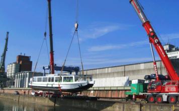 Im bayernhafen Bamberg ist das Fahrgastschiff »Bernkastel« aus dem Wasser genommen und eauf einen Sattelschlepper verladen worden