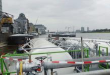Binnenschiffer protestieren lautstark gegen den Liegeplatzabbau am Kölner Rheinauhafen