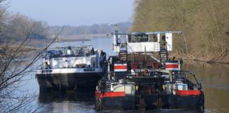 Ein Schubboot assistiert dem auf der Elbe bei Coswig havarierten Tanker »Talo«
