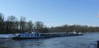 Nach einem Ruderausfall ist der manövrierunfähige Tanker am Elbufer festgekommen