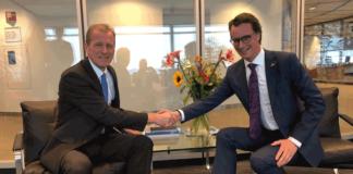 NRW-Verkehrsminister Hendrik Wüst (r.) kam in Rotterdam mit dem dortigen Hafenchef Allard Castellein zusammen, um über eine stärkere Zusammenarbeit zu diskutieren