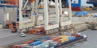 Binnenschiff am Containerterminal im Hamburger Hafen
