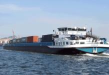 Binnenschiff vor Rotterdamer Euromax-Terminal