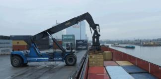 Ein Binnenschiff wird am Kai der Umschlags- und Handelsgesellschaft Haldensleben (UHH) gelöscht