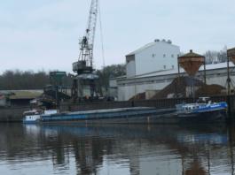 Bei der Kollision einer Verladebrücke mit einem Güterschiff im Hafen Haldensleben entstand ein erheblicher Sachschaden