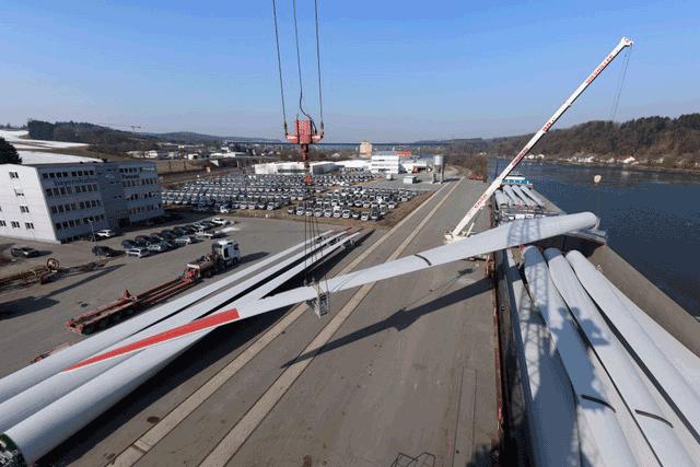 Vom bayernhafen Passau gingen die 60 m langen Windflügel über die Donau bis nach Serbien