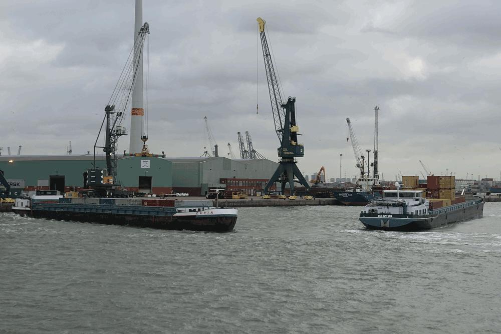 Container-Binnenschiffe im Hafen Antwerpen