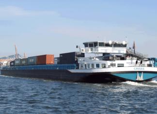 Binnenschiff im Yangtzekanal vor dem Euromax-Terminal in Rotterdam