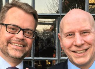 Wolfgang Nowak (l.) und Dieter Disco freuen sich über ein erfolgreiches Schiffsmakleressen