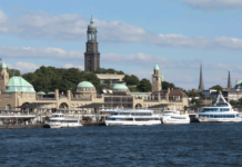 Hafenfähren an den Landungsbrücken