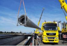 Der Flügel einer Windkraftanlage wird verladen