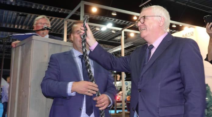 Reinhard Klingen (rechts) hat das Tau turchtrennt, die Messe STL in Kalkar ist eröffnet