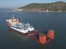 Die beiden neuen Katamarane von Doeksen werden mit einem Spezielschiff zu ihrem Bestimmungsort Harlingen transportiert