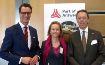 NRW-Verkehrsminister Hendrik Wüst, Hafensenatorin Annick De Ridder und CEO der Antwerp Port Authority, Jacques Vandermeiren, auf dem Hafentag in Düsseldorf