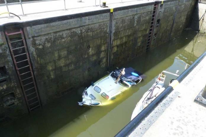 Ein Sportboot ist bei einem Schleusenvorgang an der Lahn untergegangen