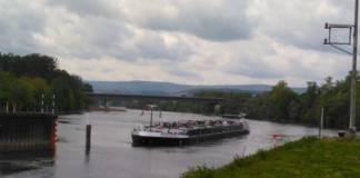 Der Tanker blockierte die Einfahrt des Mainzer Industriehafens