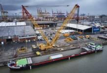 Die Verladung von schweren Projektladungen erfolgt auf dem BLG AutoTerminal Bremerhaven kurzfristig mit einem Liebherr-Raupenkran