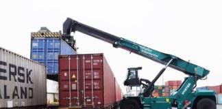 Die Gelenkkabine des neuen Reachstackers von Hyster im bayernhafen Bamberg ist höhenverfahrbar