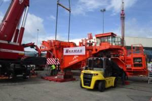 Im Schwerlasthafen Heilbronn wird der Brammentransporter für die Verschiffung nach Gent, Belgien, vorbereitet