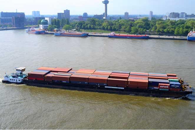 Die Intercity Barge auf der Maas
