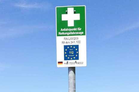 Entlang des Rheinufers zwischen der Grenze zur Schweiz und südlich von Karlsruhe gibt es nun 74 Notfallpunkte als Orientierung für Rettungskräfte