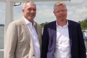 Nico Steudel (l.) und Hergen Hanke verknüpfen ihre Binnenschifflinien