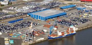 Ein Samskip-Schiff hat am Cuxport festgemacht