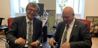 Hans-Heinrich Witte (l.) und Rostocks Oberbürgermeister Roland Methling unterzeichnen die getroffene Vereinbarung zur Mühlendammschleuse