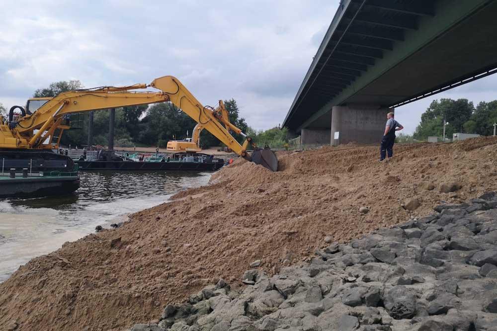 Mit etwa 4.600 t Sand wurde der Damm am Stauwehr Geesthacht gesichert