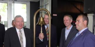Die sechste STL in Kalkar ist eröffnet. Norbert Brackmann (l.) läutet zum Zeichen die Glocke. Martin Staats (2.v. l.). Och Messeorginisator Leon Westerhof (r.) und Ocke Hamann freuen sich auf das maritime Zusammentreffen