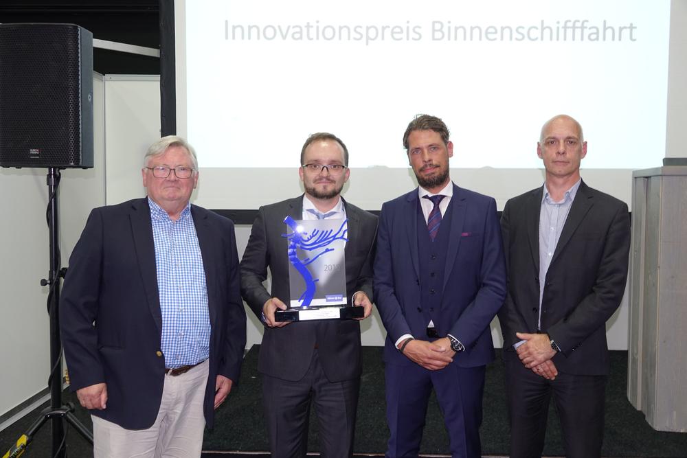 Mario Bolle (2.v.l) nahm den Innovationspreis Binnenschifffahrt von Denis Holtkam (2.v.r.) entgegen. Die Jury bildeten Krischan Förster (r.) und Hans-Wilhelm Dünner