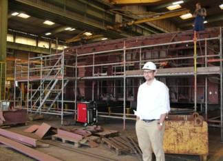 Projektleiter Michael Tarnowski steht in der Werfthalle bei Pella Sietas vor den Sektionen der neuen LNG-Fähre der Stadtwerke Konstanz