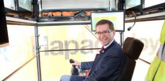 Wirtschafts-Landesrat Markus Achleitner beim Testen des neuen Krans beim Container-Terminal Enns