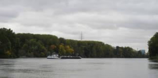 Festgefahrenes Tankmotorschiff
