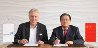 Duisports-Vorstandsvorsitzender Erich Staake (l.) und Jiyi Zhang, Chairman of China Railway Container Transport Corp., Ltd. unterzeichnen die Vereinbarung für eine stärkere Zusammenarbeit