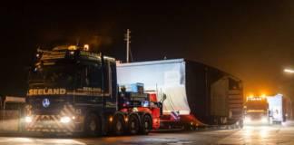 Die Bodensee-Fähre wird sektionsweise per Lkw transportiert