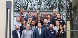 NPorts-Geschäftsführer Holger Banik, (vorne, Mitte), präsentiert den Neueinsteigern die Firmenzentrale in Oldenburg