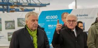 Duisburgs Hafenchef Erich Staake (l.) zeigt Bundespräsident Frank-Walter Steinmeier logport I. Auf dem Areal werden die China-Verkehre abgewickelt