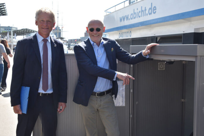 Weihten zusammen Hamburgs erste Landstromanlage für Binnenschiffe ein: Jens Meier (li.) und Michael Westhagemann