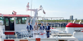 Vertragsunterzeichnung (v.l.): Eric Rietveld (Scheepsreparatiebedrijf De Gerlien van Tiem), Norbert Meixner, Tim Gödde und Andres Davids (HGK Shipping Group) ©HGK Shipping