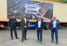 Feierten zusammen das 25-jährige Bestehen des Containerterminals Stuttgart (v.l.): Carsten Strähle, Jens Langer, Winfried Hermann und Rob Harrison © Wroblewski