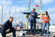 Firmengründer Lars und Stefanie Engelhard mit Schleswig-Holsteins Wirtschaftsminister Bernd Buchholz (Mitte) © Unleash Future Boats