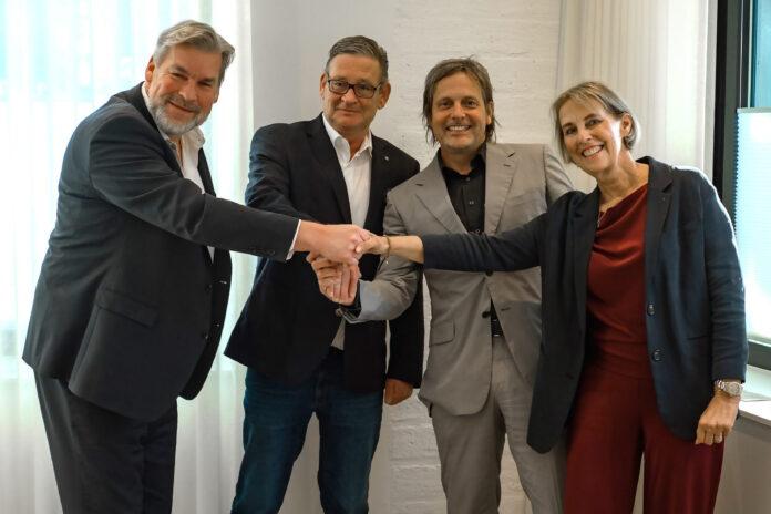 Vertragsunterzeichnung (v.l.): Sascha Hähnke, Thomas Maassen, Harold Wijnands und Miranda Frederiks-Wijnands © Rhenus SE & Co. KG.