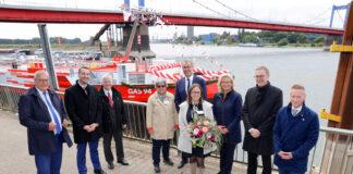 Große Taufgesellschaft für die »Gas 94« (v. l.): Dieter Steinkamp (Stadtwerke Köln), Steffen Bauer (CEO HGK Shipping), Wolfgang Birlin (Vorstand HGKGruppe), Susana dos Santos Herrmann (Aufsichtsratschefin HGK-Gruppe), Taufpatin Derya Kurus-Ebermann (BASF), Karl-Uwe Bütof (Wirtschaftsministerium NRW), Anke Bestmann (Geschäftsführerin HGK Gas Shipping), Uwe Wedig (CEO HGK-Gruppe), Tim Gödde (Ship Management / HGK Shipping) © HGK Shipping